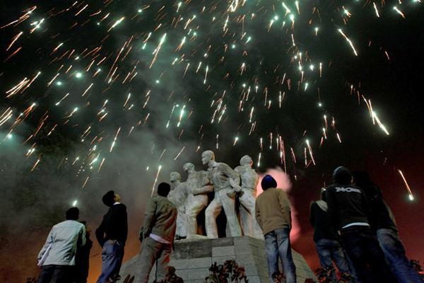 বাংলাদেশের ঢাকা বিশ্ববিদ্যালয়ে টিএসসি চত্বরে রাজু ভাস্কর্যের উপর আলোকচ্ছটা